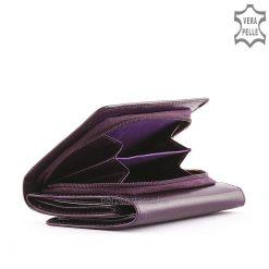 La Scala kis méretű és igazán praktikus, valódi bőr női pénztárca, egyszerű de mutatós formavilág jellemzi. Elegáns díszdobozban szállítjuk!