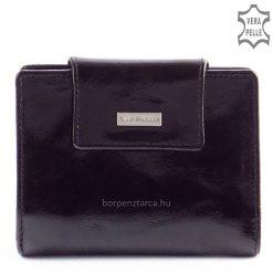 Kívül fényes fekete színű, exkluzív bőrből gyártott elegáns kis méretű női divat bőr pénztárca fém logós márkajelzéssel a fedelén.