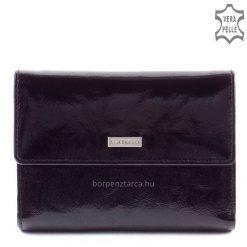 Ez az elegáns fekete színű bőr női divat pénztárca kívül fényes exkluzív marhabőrből, belül színében harmonizáló puha nappa bőrből készült.