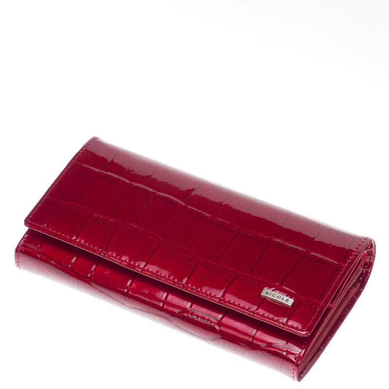 Minőségi fényes lakk, croco bőrből, piros színbenkészült, elegáns és dekoratív női pénztárca, fedelén igényes, fém NICOLE márkajelzéssel.