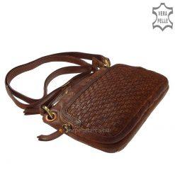 Egyedi megjelenésű, különleges, koptatott hatású marhabőrből készült, praktikus kisméretű női bőrtáska, mely ajándékba is kiváló.