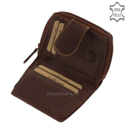 Kézműves jelleget mutató, dekoratív barna színű női valódi bőr pénztárca célszerű kis méretű kialakítással, átkapcsoló pánttal zárhatjuk.