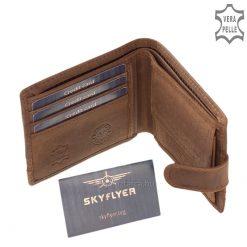 Kívül patentos pánttal rendelkezik ez a sportos és minőségi SKYFLYER férfi valódi bőr pénztárca, és díszítő jellegű csíkbetéttel készült.