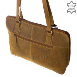 Sportos küllemű, klasszikus felépítésű nagy méretű, márkás női bőr táska, mely rusztikus, natúr hatású valódi bőrből készült barna színben.