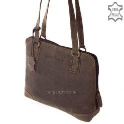 Divatos küllemű, klasszikus felépítésű nagy méretű női bőr táska, mely rusztikus, natúr hatású valódi minőségi bőrből készült barna színben.