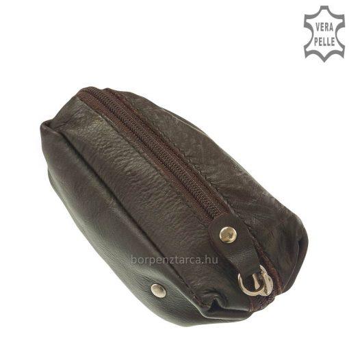 Praktikus kisméretű, kedves formájú valódi bőr kulcstartó többféle színben, anyaga kellemesen puha minőségi marhabőr. Válassza pénztárcához!