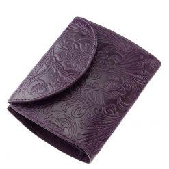 Kis méretű bőr női divat pénztárca a Sylvia Belmonte termékcsaládtól, melynek felülete dekoratív inda- és virág mintás. Díszdobozos termék.