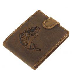 Valódi bőr férfi horgász pénztárca ponty mintával, barna színű minőségi kialakítás jellemzi. Praktikus patentos átkapcsolóval. Díszdobozban.