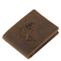 GREEN DEED márkajelű, horgász bőr pénztárca minőségi marha bőrből legyártva barna színben. Fedelén egy pikkelyes ponty élethű képe.