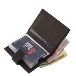 Kellemes tapintású puha bőr alkalmazásával gyártott férfi kártyatartó a LA SCALA márkacsaládtól klasszikus színekben, RFID védelemmel.