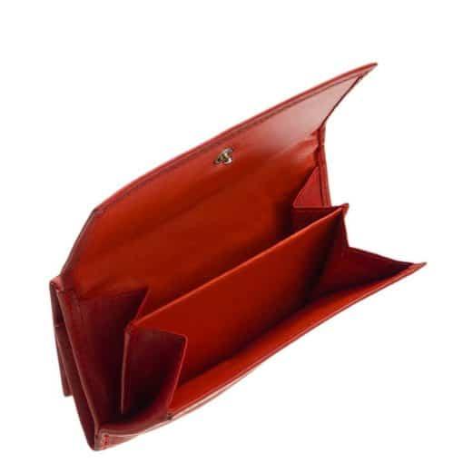 LA SCALA márkajelzésű, valódi bőr felhasználásával készített kisméretű női pénztárca, melyet piros színben és RFID -s kialakításban kínálunk.