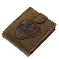 Különleges felületi dizájnnal gyártott valódi bőr férfi pénztárca, mely barna színben készült kamion mintás benyomattal fedelén.