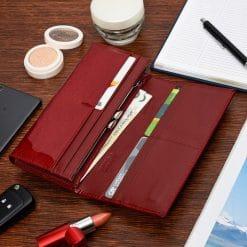 Különlegesen elegáns, piros színű lakk bőr felülettel rendelkező, nagy méretű, sokoldalú női pénztárca. RFID védelemmel is ellátva.
