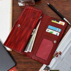 Nagy méretű ALESSANDRO PAOLI lakk bőr női pénztárca, mely elegáns piros színben és díszdobozos kivitelben érhető el áruházunkban.