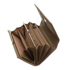 Nagy méretű PATRIZIA lakk bőr női pénztárca, mely elegáns világos barna színben és díszdobozos kivitelben érhető el áruházunkban.