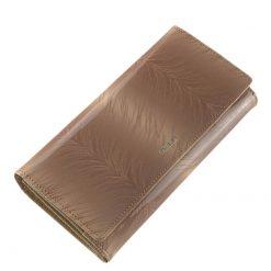 Mintás felületű, barna színű minőségi lakk bőr női pénztárca, divatos és egyedi ezüst logóval fedelén. Díszdobozos kivitelben készült modell.