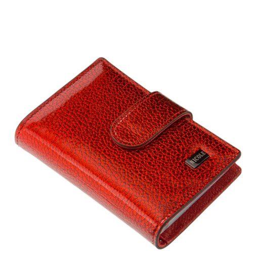 Minőségi fényes lakk bőr felhasználásával készült élénk piros női kártyatartó, melynek fedelén igényes, fém NICOLE márkajelzés látható.