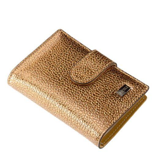 Minőségi fényes lakk bőr felhasználásával készült arany színű női kártyatartó, melynek fedelén igényes, fém NICOLE márkajelzés látható.