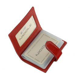 Minőségi fényes lakk bőr felhasználásával készült bordó piros női kártyatartó, melynek fedelén igényes, fém NICOLE márkajelzés látható.