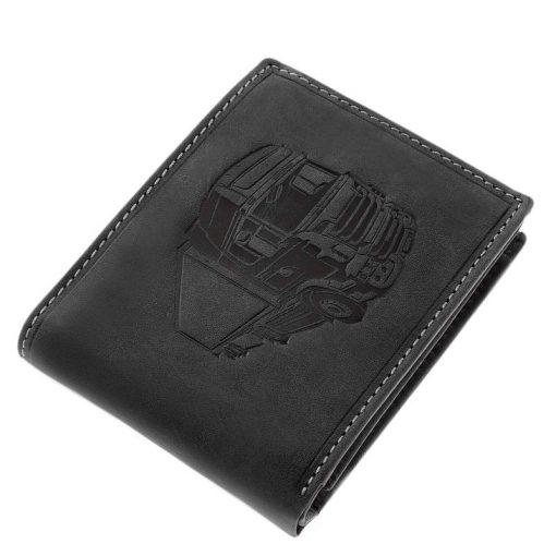 Vagány felületi dizájnnal tervezett fekete színű valódi bőr felhasználásával tervezett kamion mintás férfi pénztárca. Díszdobozos termék.